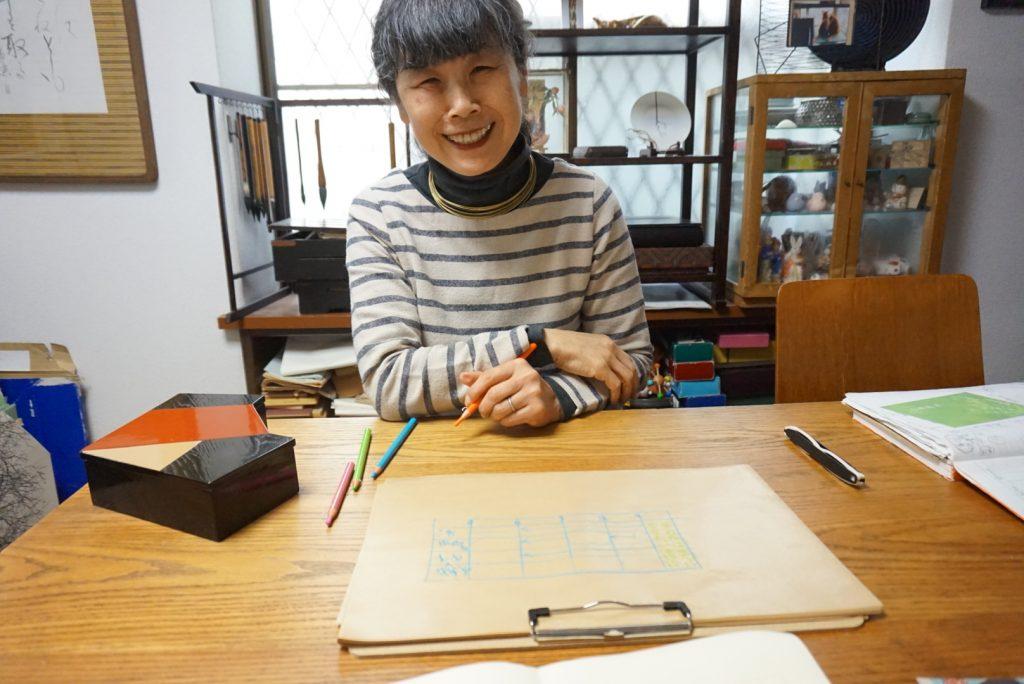 生まれ育った世田谷区で教室を開いている、高橋由紀子さん。教室を初めて30年以上が経ち、親子3世代で通う人もいる。ただ言葉と文字を習うのではなく、由来をたどったり、自分の意見を述べる力が身につくことで評判に。