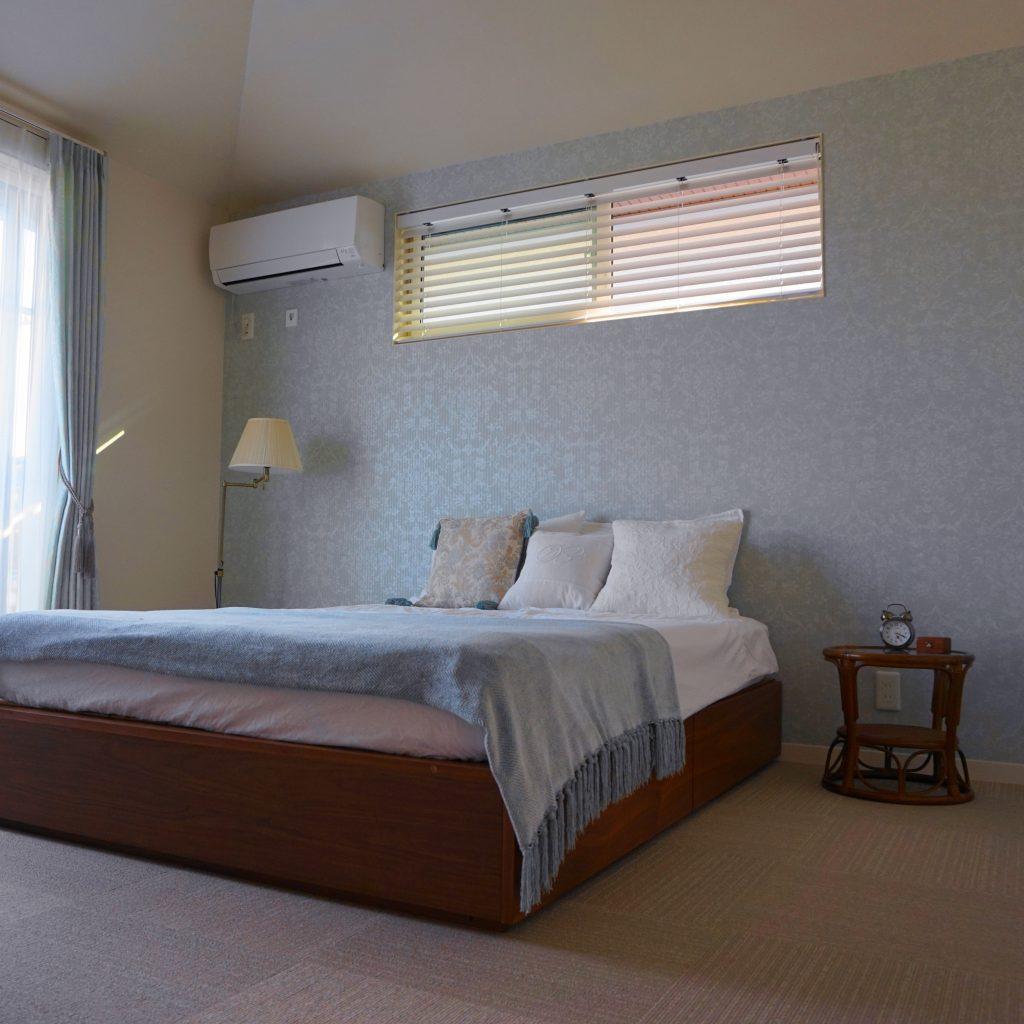 壁紙がアクセント、新居の寝室 | LEE