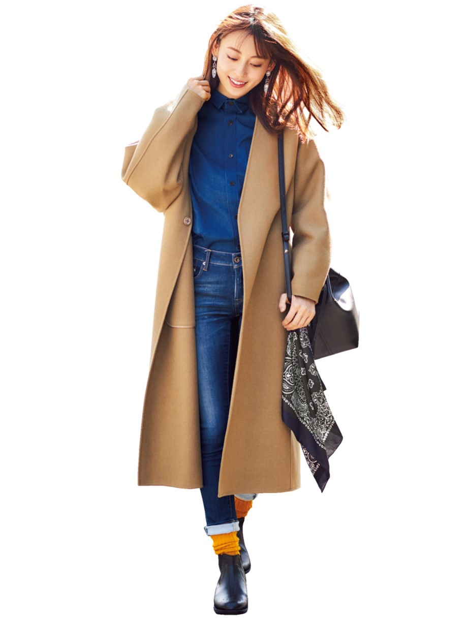 dd66af8010199 ブルーデニム×黒ブーツの日もイエローリブで明るく軽快に相性のいい明るいブルーとマスタードイエローは、ダークになりがちな冬コーデの鮮度を上げるのに絶好のカラー  ...