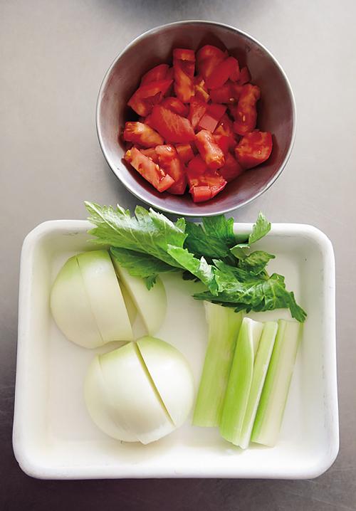 具の野菜は大きくベースのトマトは小さく