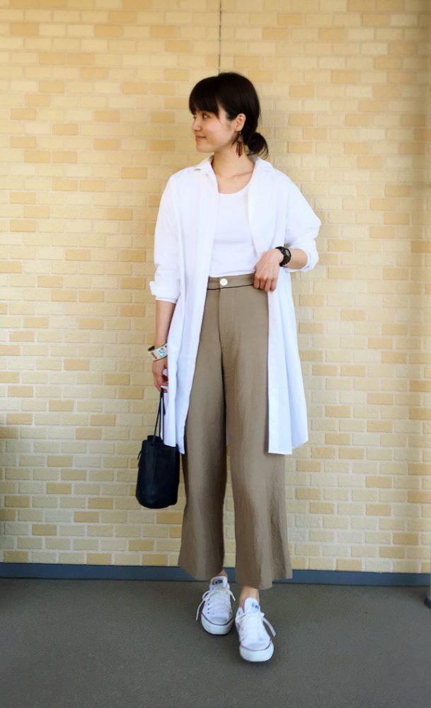 無印良品のシャツワンピースをさらっと羽織ったスタイルは、シンプルだけど真似
