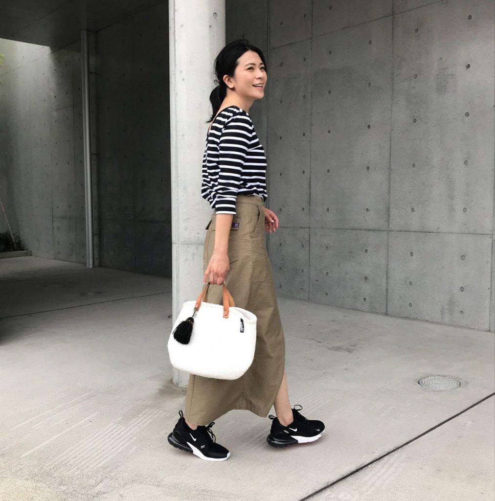 ナチュラルな印象のコットン素材のタイトスカートのコーディネートも新鮮になります!キャンバスのスニーカーだと可愛らしい印象になりますが、270と合わせると、どこ