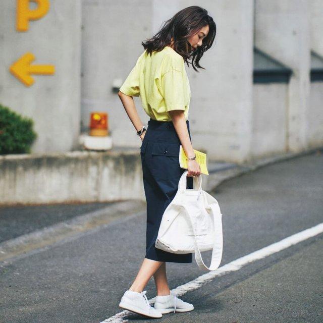 ビタミンカラーのイエローT。大人はネイビースカート×白スニーカーで清涼感をプラス