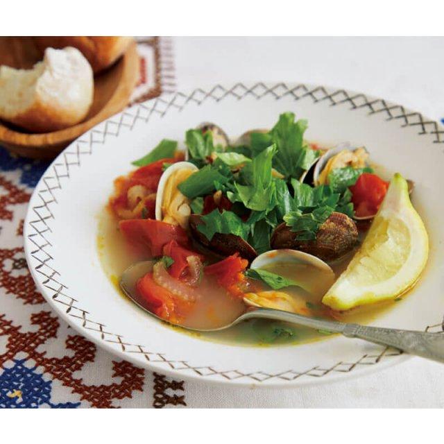 アサリ、トマト、セロリの具だくさんスープ