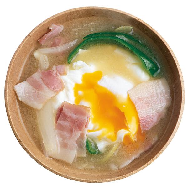 半熟卵とベーコンのみそ汁
