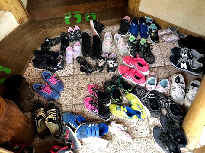 入り口では靴を脱いで上がります。