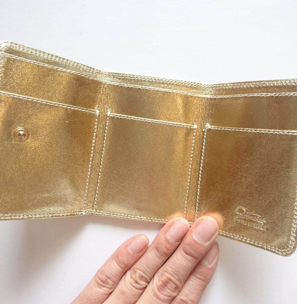 a158a3944aa9 ... 三つ折財布です。 色はブラックやワインレッドなど全8色ある中から、私はゴールドをチョイス。