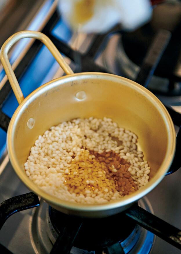 もち米を洗う
