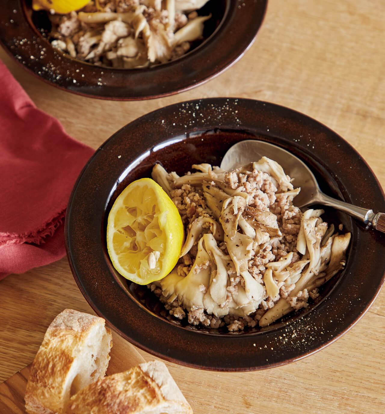 「豚ひき肉ときのこのレモン炒め」レシピ/ワタナベマキさん