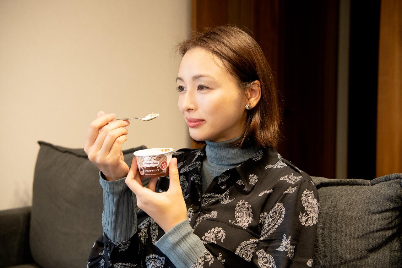 LEEキャラクター 天本由夏さん ご褒美のアイスを食べるのが至福のとき