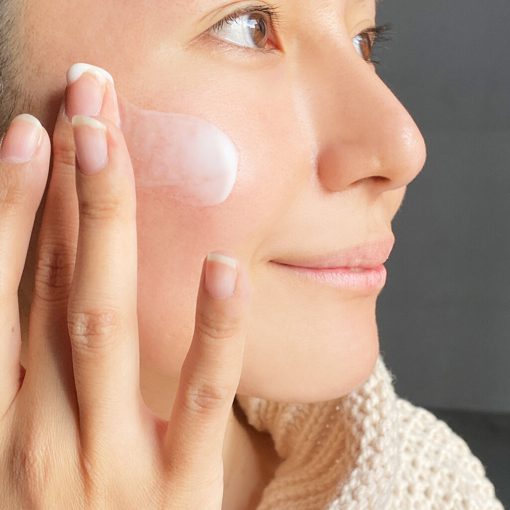 肌に厚めに塗ってみましたが、重すぎないプルプルのクリームが心地いい♡ イモーテルの上品な香りにも癒やされます。つけてしばらくおいておくと、しっとり肌に!