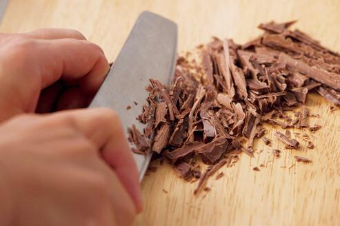 板チョコを刻む画像