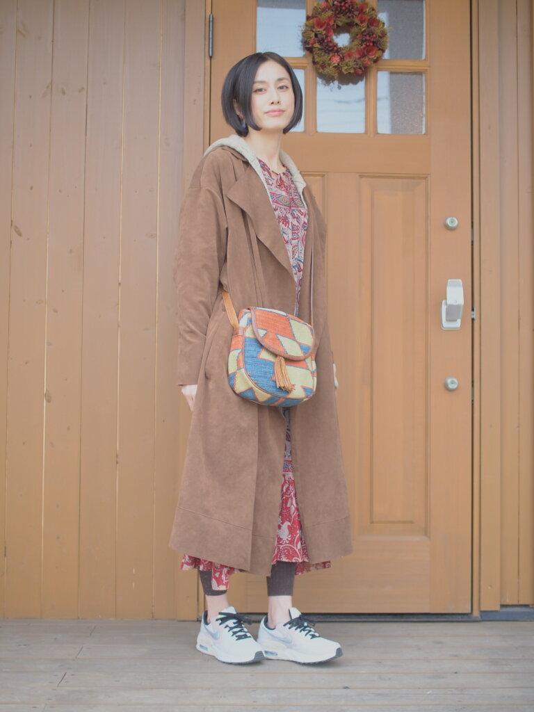 休日のファッション。古着屋で購入したマックスマーラのワンピースを主役に、レギンスとスニーカーでカジュアルに。