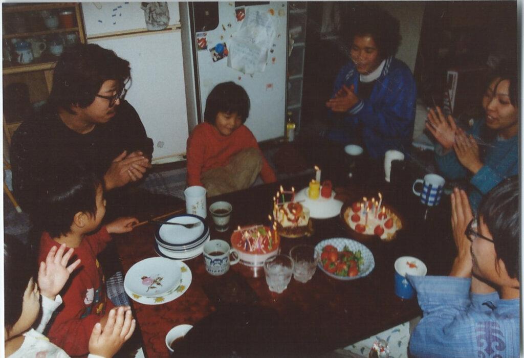 「沈没家族」と名づけられたそれは、複数の母子やシングルの若者と生活を共にするシェアハウスでの共同保育へと形を変えていきます。