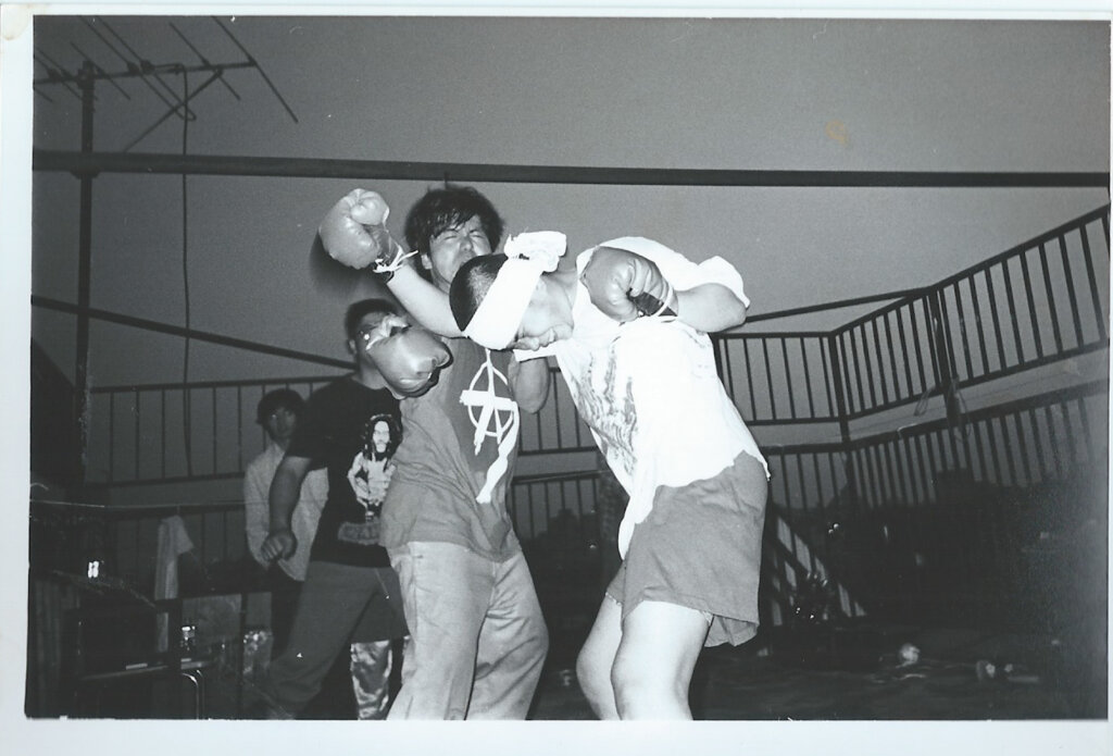 ボクシングをする母・穂子さんと父・山くん。
