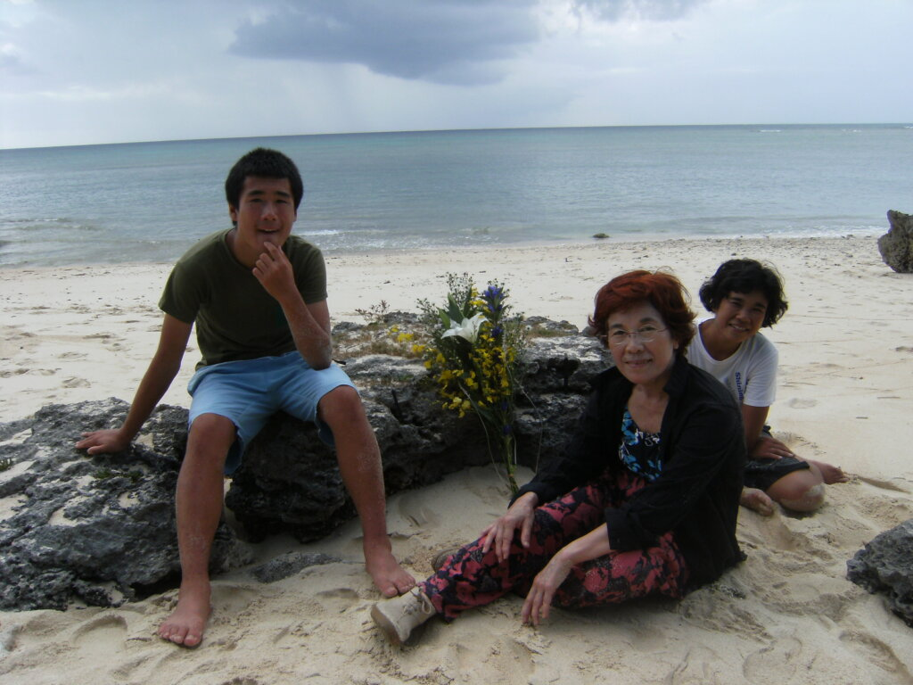 ▲沖縄・波照間島にて、祖母・実紀代さんと穂子さんと。写真提供/加納土さん