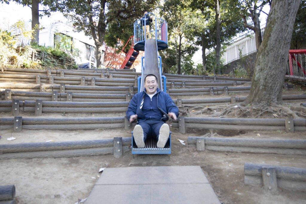 映画の中にも登場する、土さんが幼少期に遊んだ公園で。