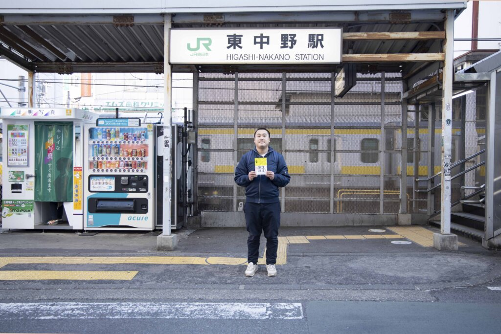 加納土さん/穂子さんが共同保育のチラシを配った場所で、土さんも映画のチラシを配りました。
