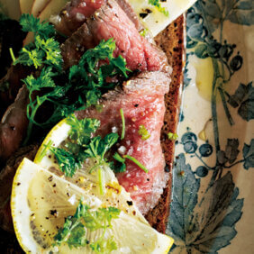 アイキャッチ画像:「ローストビーフとりんごのスモーブロー」レシピ/ワタナベマキさん
