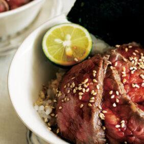 アイキャッチ画像:「ローストビーフの小どんぶり」レシピ/ワタナベマキさん