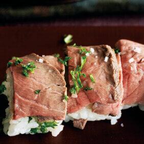 アイキャッチ画像:「ローストビーフのロール寿司」レシピ/ワタナベマキさん