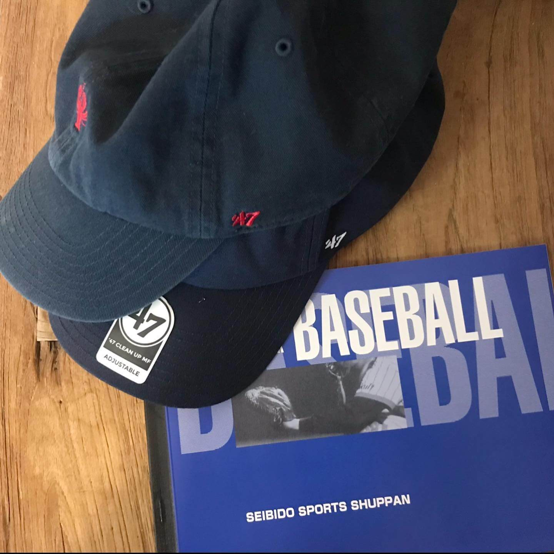 スコアブックと野球帽