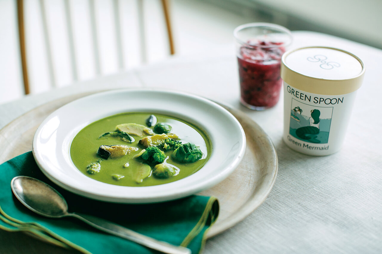 GREEN SPOON 田中美保さんお気に入りのサバとアボカドのココナッツグリーンカレーのスープ「Green Mermaid」と、イチゴとブルーベリーがベースのスムージー「Very Berry」