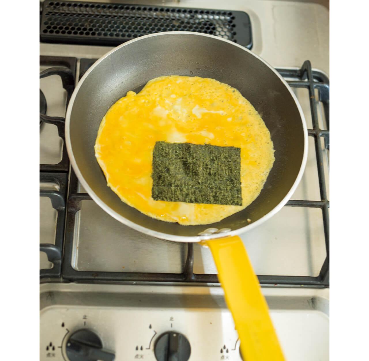 1.卵液を広げてノリをおく