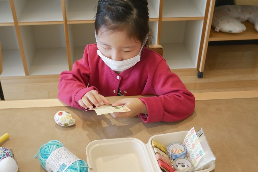 娘はフルーツのシールをたくさん貼ったものと、目玉のシールを貼ったものを作っていました。