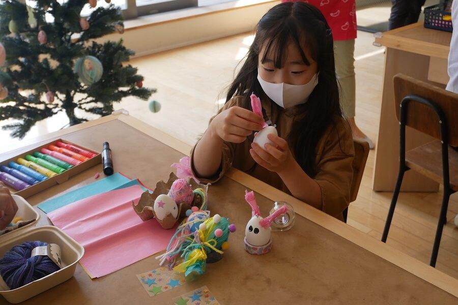 こちらの女の子は、お花紙をうさぎの耳にして、うさぎエッグを作っていました。