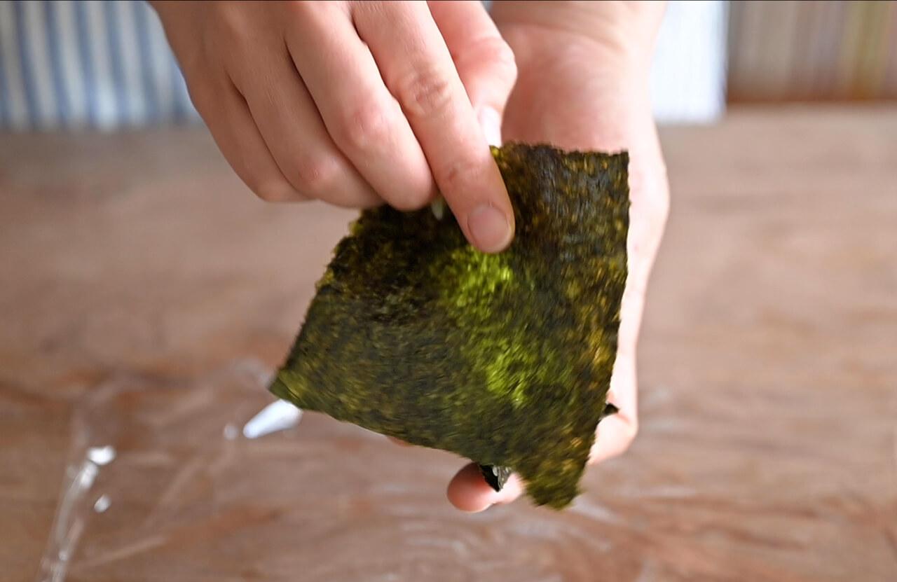別のラップの上に海苔を置き、中心部にごはんをのせても、う1枚の海苔で包む