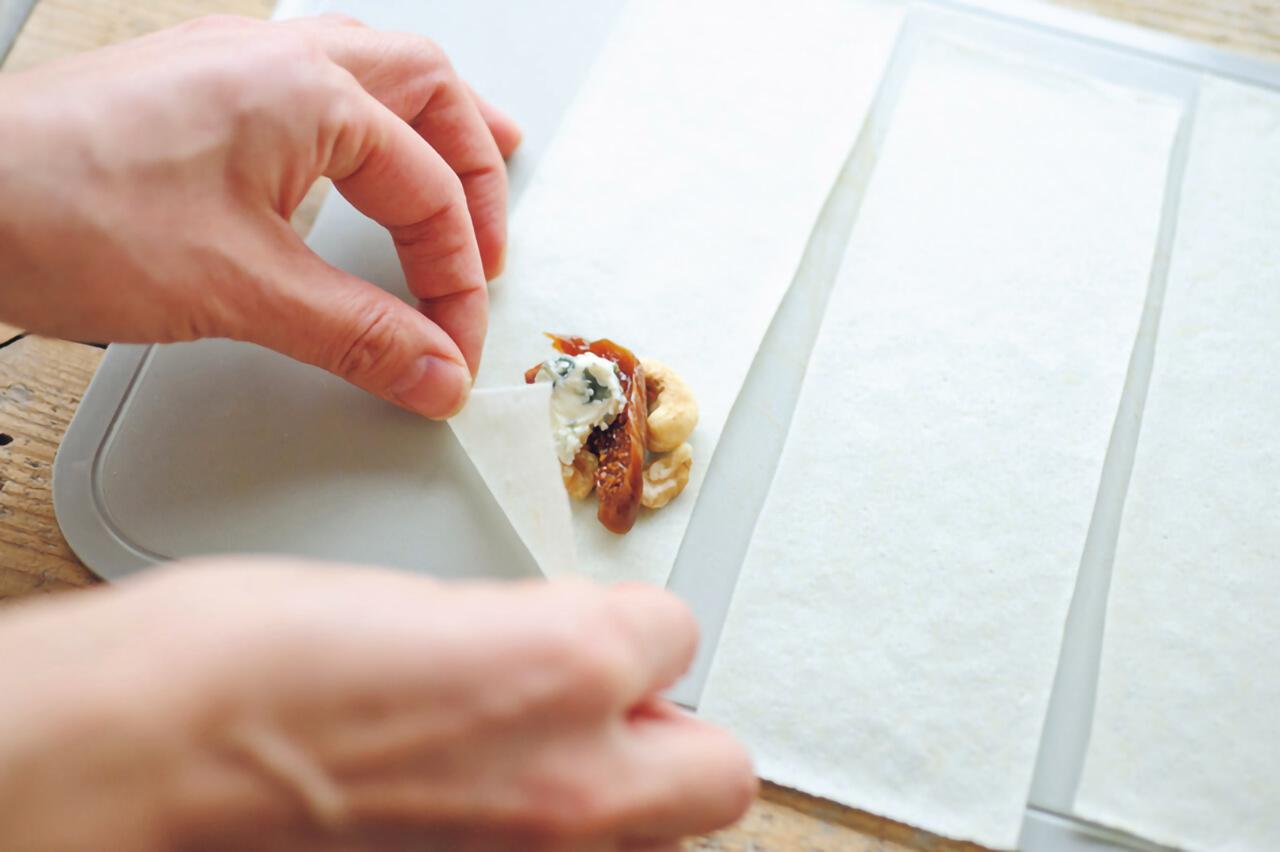 【メスティンレシピ】「ブルーチーズとナッツ、干しいちじくの春巻き」/柚木さとみさん手順1