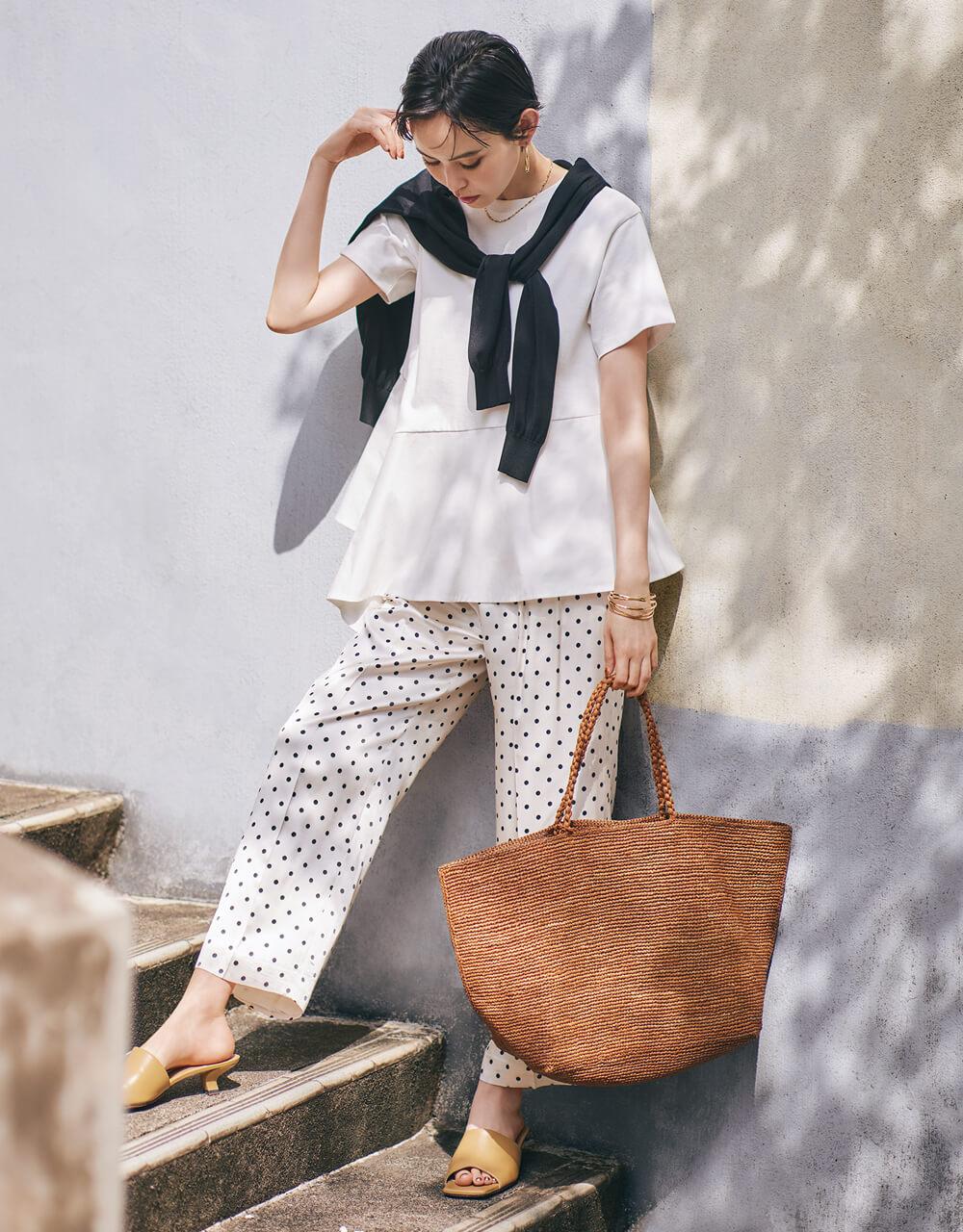比留川 游さん  デザインT×ドット柄パンツで、 フェミニン派のモノトーンコーデに