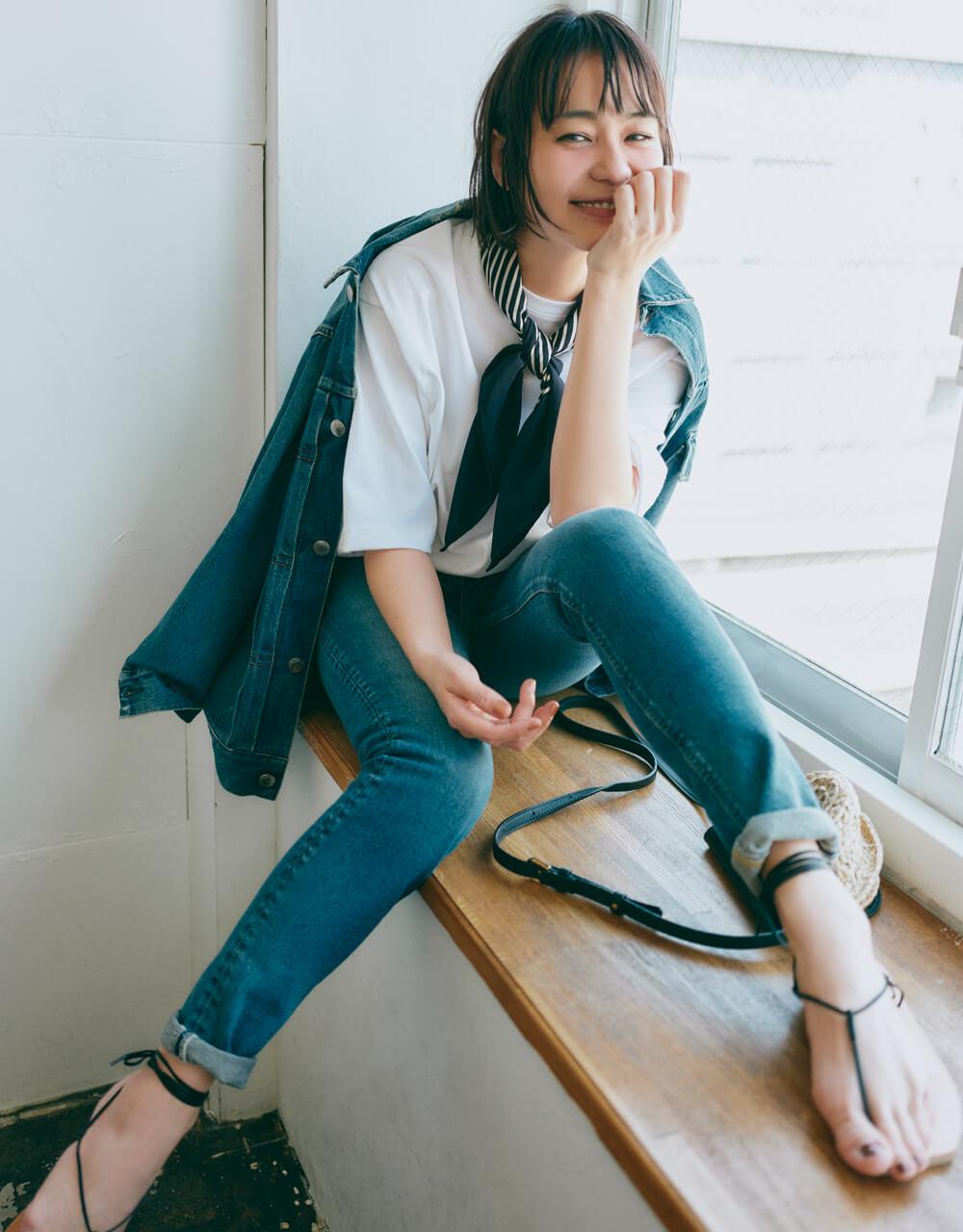 竹下玲奈さん、デニムのセットアップとスカーフで、 夏の鉄板コンビの鮮度をUP!