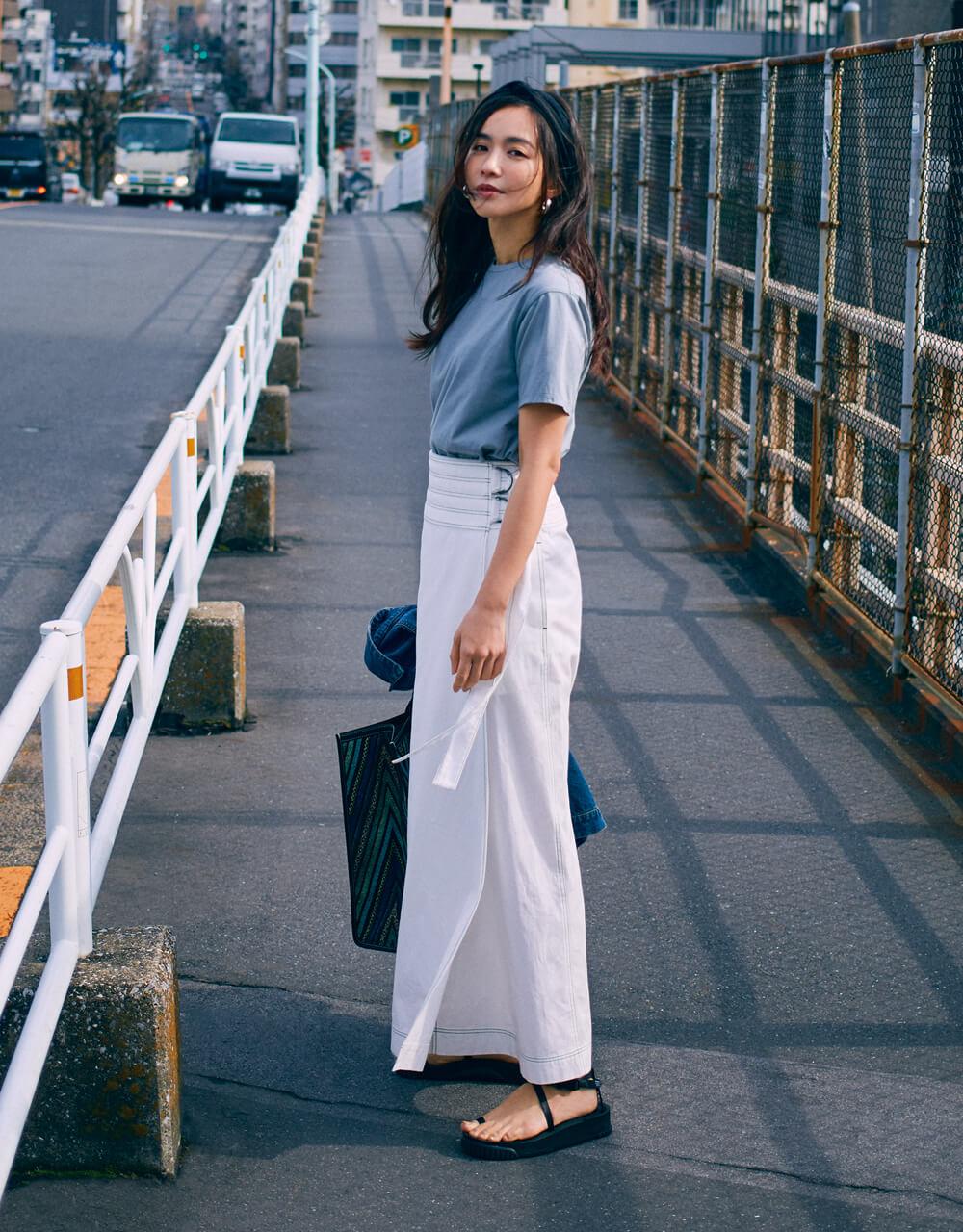優木まおみさん 白のスカートを新鮮に仕上げる、 ブルーグレーのニュアンスTシャツ