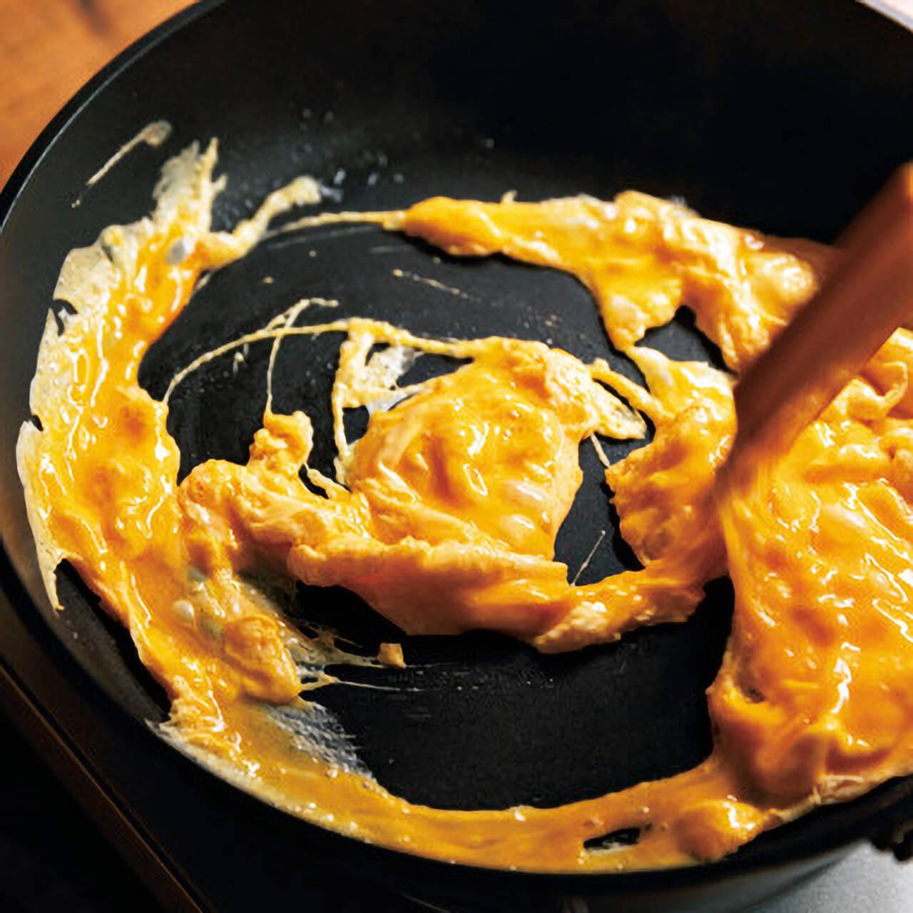 卵を炒めるときはへらで大きく