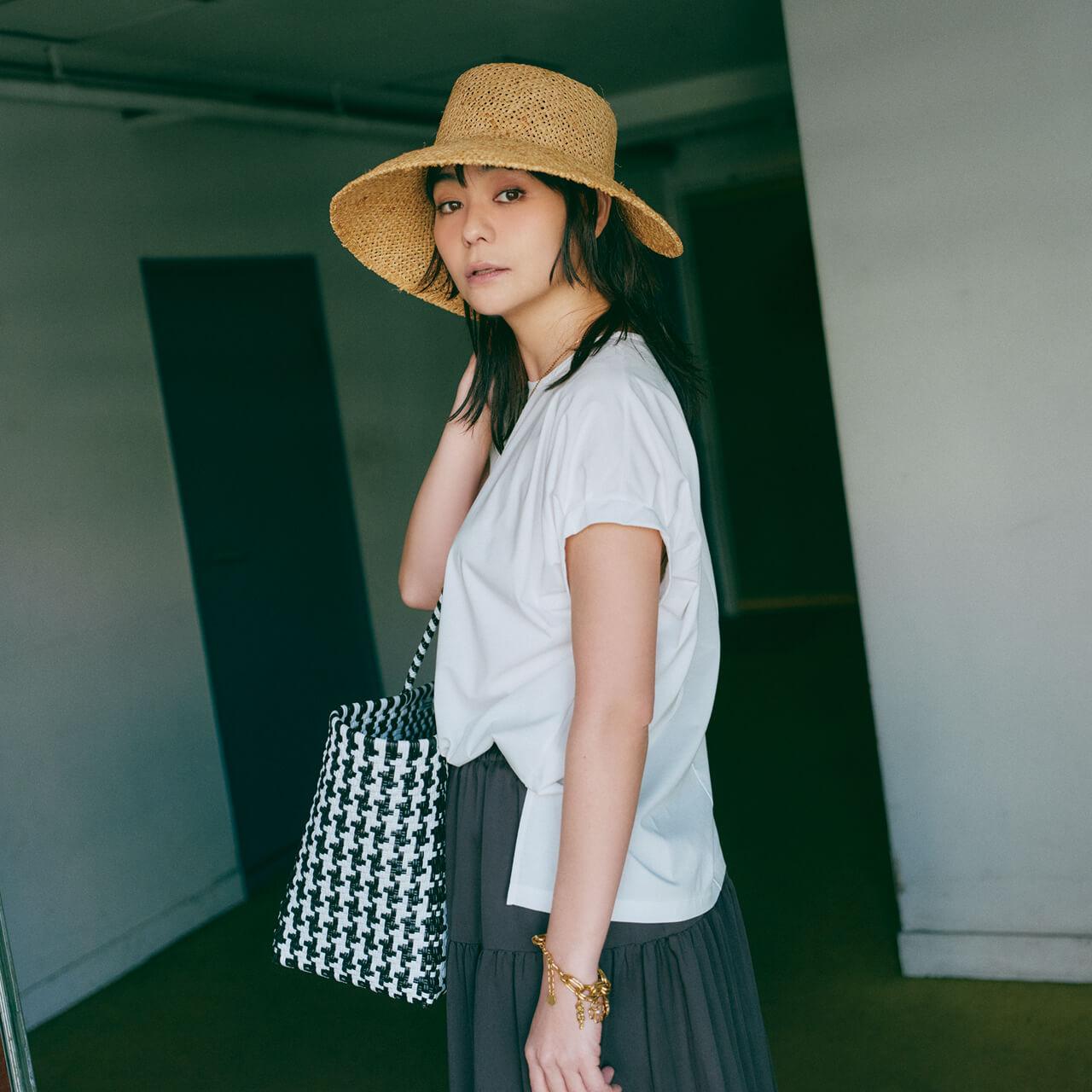 竹下玲奈さん デザインをきかせた個性的な帽子と ほんのり甘めの白Tが好相性!