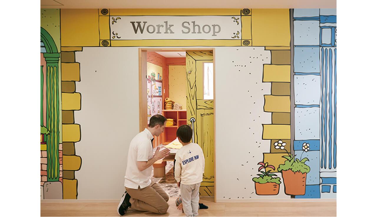 """園の中には職業体験専用のスペースが。子どもたちが働いて手に入れたお金""""KDIドル""""は、年に2回、園のマーケットでショッピングできる機会があり、マネー教育にもなる!"""
