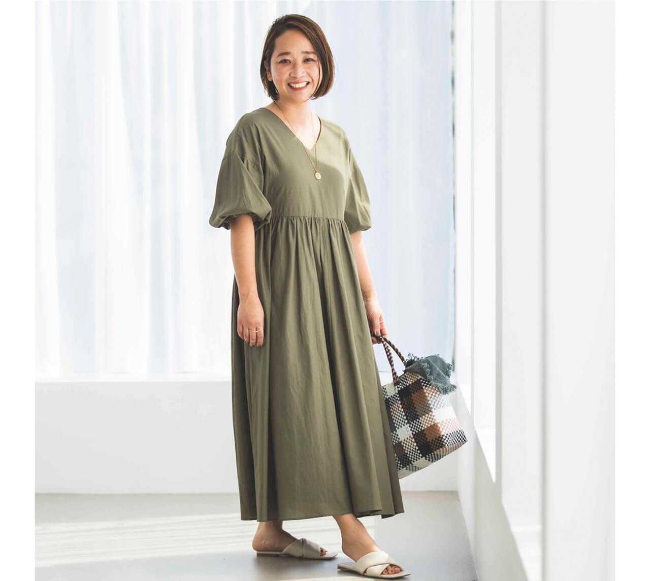 かごバッグ&レザーサンダルできれいめに。お出かけにも最適です。 スタイリスト/徳永千夏さん
