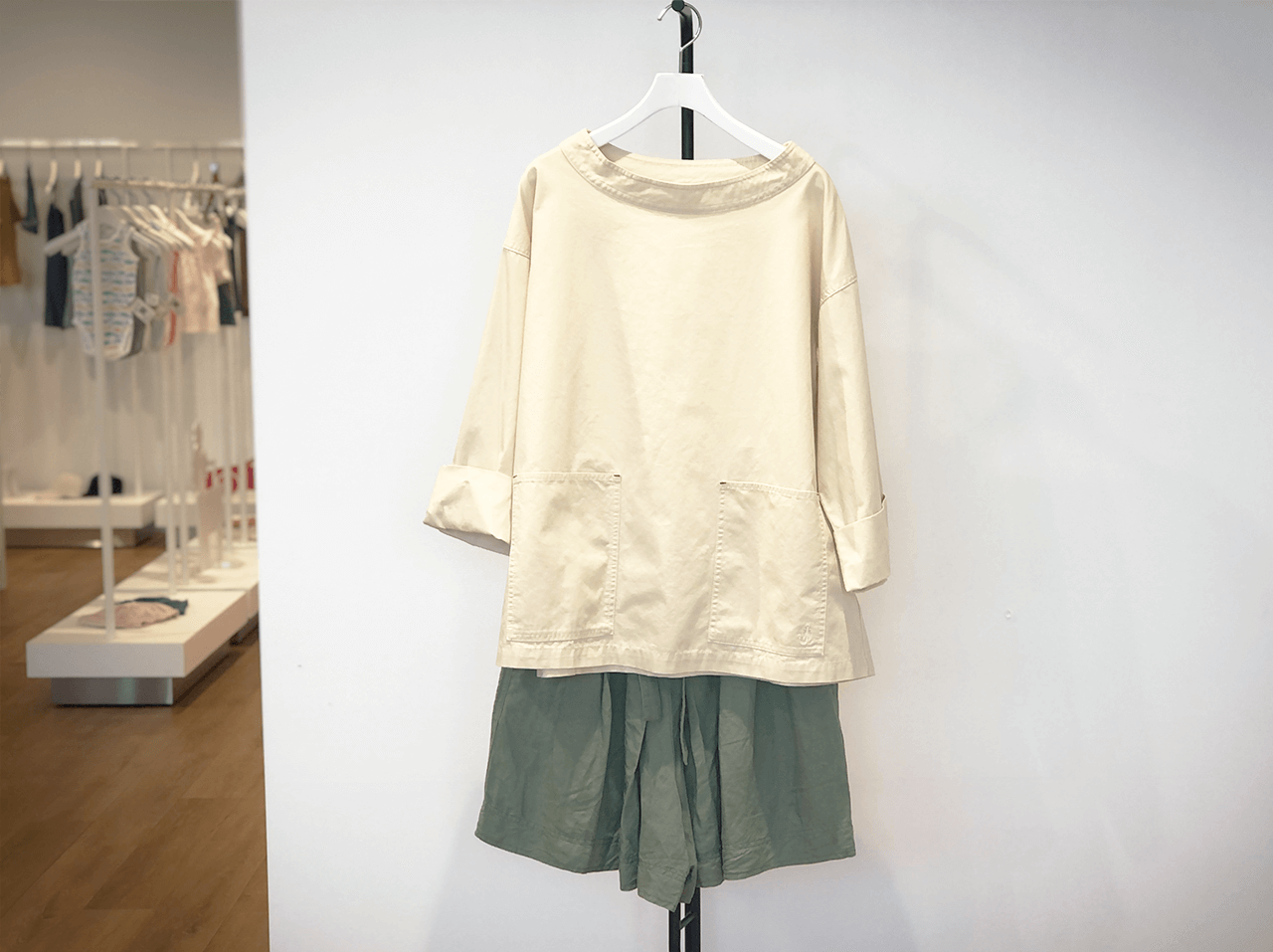 上:コットンリラックスプルオーバーシャツ(7分袖)¥2,990/下:リネンブレンドタックショートパンツ¥2,990