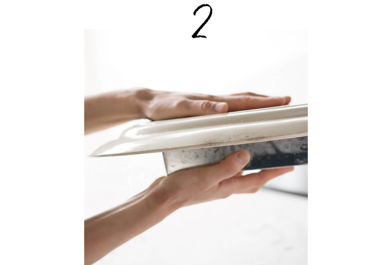 2.お皿やまな板をかぶせて、しっかり押さえたままひっくり返し……