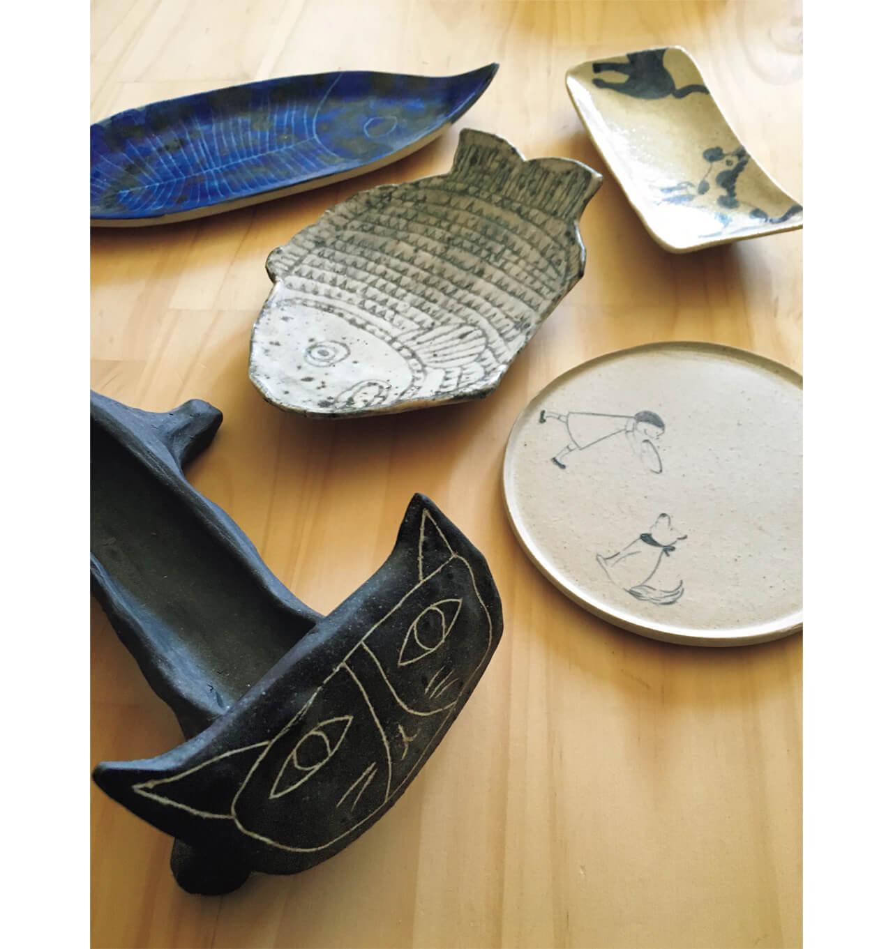黒猫と青い魚の器はニューヨーク郊外で制作活動をしているパウラ・グレイフさんの作品