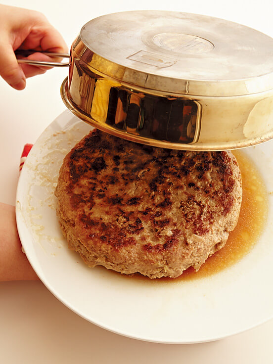 フライ返しを使わず大皿を使って、デカバーグを裏返しにする画像:【フライパンひとつ】「でかバーグ」レシピ/渡辺麻紀さん