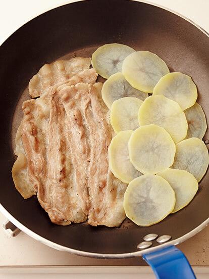 フライパンの上で、じゃがいもと豚肉は少しずつ重ねながら並べる画像:【フライパンひとつ】「かんたんおかずピザ ハーフ&ハーフ」レシピ/渡辺麻紀さん