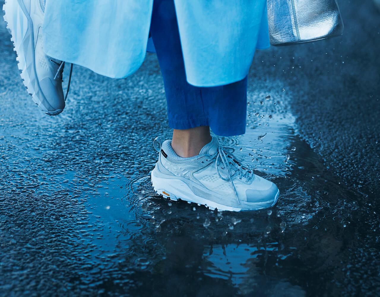 水たまりも気にせず ぐんぐん進んで! 靴¥31900/デッカーズジャパン(ホカ オネオネ)