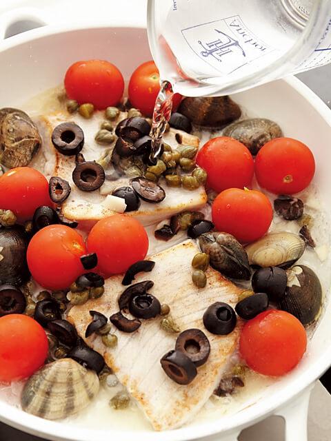 魚と野菜が入ったフライパンに水を注ぐ画像:【フライパンひとつで魚介料理】「アクアパッツア」レシピ/藤井 恵さん
