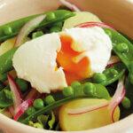 アイキャッチ画像:【フライパンひとつでポーチドエッグのサラダ】「野菜とポーチドエッグのサラダ」レシピ/藤井 恵さん