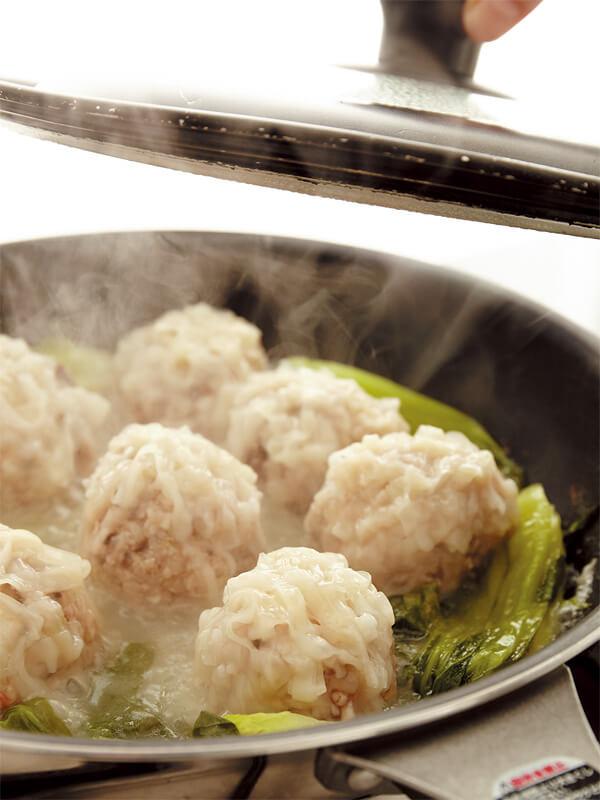 シューマイをフライパンで蒸す画像:【フライパンひとつでシューマイ】「ふんわりシューマイ」レシピ/藤井 恵さん
