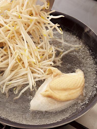 鶏肉をゆでたフライパンにもやしを投入する画像:【フライパンひとつでバンバンジー】「バンバンジー」レシピ/藤井 恵さん