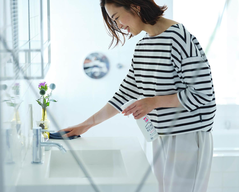 キッチンまわりだけでなく、洗面所でも「クイックルホームリセット」が力を発揮。鏡や蛇口だってピカピカに。